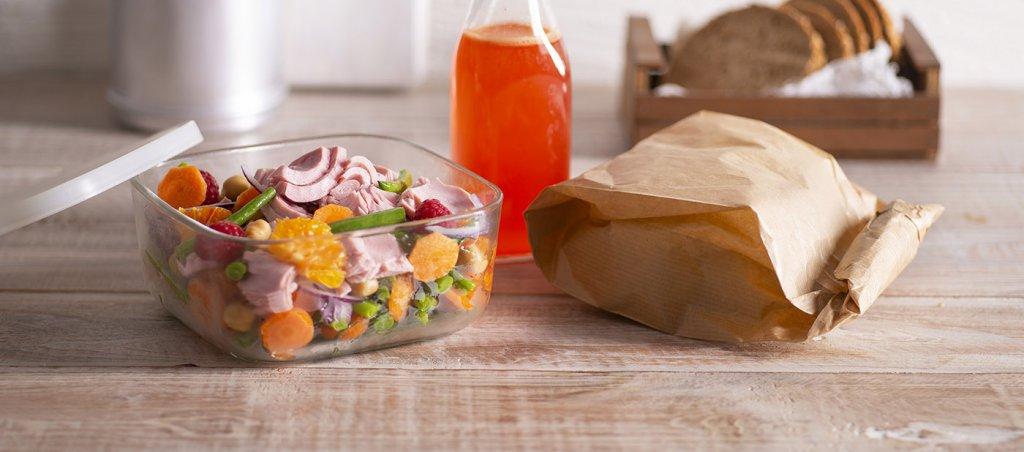 Salát s tuňákem, zeleninou a ovocem